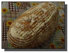 Pevnější, lehký, pravidelně dírkovaný chleba s bílými stopami ovesných vloček ve střídce. Suroviny: 30 g pravidelně krmeného kvásku smícháme se 100 g žitné chlebové mouky, 80 g pšeničné chlebové mouky a 180 g vody a v zakryté míse necháme v teple rozkvasit asi 10-14 hodin Dále: 200 g hladké mouky 220 g pšeničné chlebové mouky… Bread, Ethnic Recipes, Food, House, Home, Brot, Essen, Baking, Meals