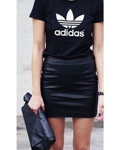 Aumente as possibilidades da camiseta esportiva! Combine a peça com saia de couro e maxiclutch para um look de balada muito estiloso.