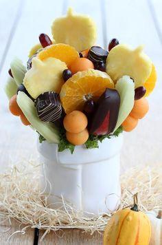 Fruchtbouquet, Strauß aus Obst Herbstfreude. Gefüllt mit Ananas, Melone, Trauben, Äpfeln, Banane