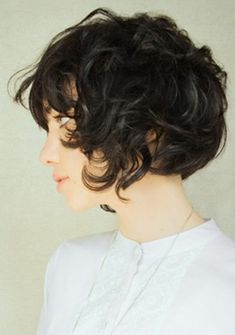 My hair could do with a few centimeters less again.. Chic Short Hair, Short Curly Hair, Short Hair Cuts, Curly Hair Styles, Short Curls, Short Wavy, Curly Pixie, Wavy Curls, Messy Curls