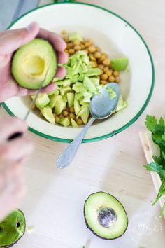 SALAD WITH AVOCADO AND CHICKPEAS | HELPPO KENTTÄLOUNAS – AVOKADO-KIKHERNESALAATTI Avocado Salad, Chickpeas, Food, Chic Peas, Essen, Avocado Salads, Meals, Yemek, Eten