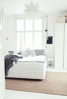 menisiköhän liian ahtaaksi jos sänky ja kaappi olisivat samalla seinällä ikkunan kanssa?