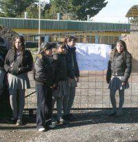 215 estudiantes y 20 profesores a la calle por cierre de colegio