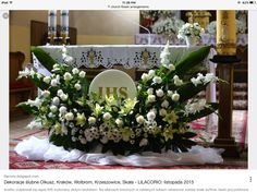 Altar Flowers, Church Flower Arrangements, Funeral Arrangements, Church Flowers, Church Altar Decorations, Table Decorations, First Holy Communion, Indoor Wedding, Corpus Christi