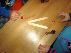 Harjoittelu jatkui pelaamalla. Parilla oli käytössään kaksi noppaa, jäätelötikut ja pähkinöitä pisteiksi. Molemmat heittivät noppaa ja vuorotelleen oppilaat tekivät ahneen ketun suun tai kuninkaan merkin jäätelötikuista. Se, jolla oli suurempi luku, sai pähkinän pisteen merkiksi. Maths, Mathematics, Classroom, Numbers, Math, Class Room, Math Resources