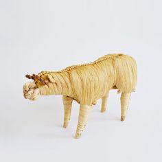 Diy Straw Crafts, Arts And Crafts, Sculptures, Lion Sculpture, Natural Materials, Handicraft, Folk Art, Wicker, Weaving