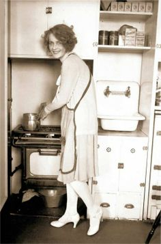 PHOTO - CHICAGO - MISS CHICAGO - 1927 - IN HER KITCHEN BY STOVE - EDITED FROM CHICAGO TRIBUNE HISTORICAL FILES