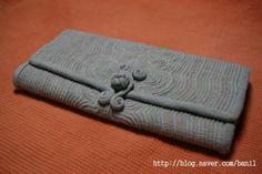 색실누비 Traditional Quilts, Korean Traditional, Korean Art, Textile Art, Continental Wallet, Hand Sewing, Needlework, Textiles, Purses