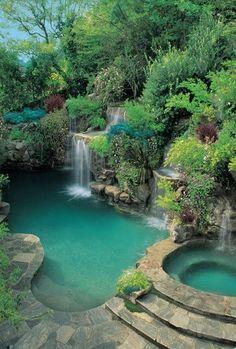 Paisaje de la cascada en una piscina