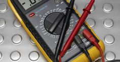 Cómo probar las baterías de la luz de emergencia. Las luces de emergencia son necesarias si tus suministros eléctricos domésticos fallan. Es importante mantenerlas en un lugar fácilmente accesible y que todos los miembros de la familia conozcan, en caso de que necesites encontrarlas en la oscuridad. Es necesario revisar regularmente las baterías de la luz de emergencia, ya que no deseas ...