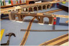 Colocación de rampas y puentes, mediante listones y tableros de madera cortados con los radios de curva correspondientes.