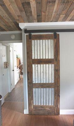 21 DIY Barn Door Projects For An Easy Home Transformation Diy Holz und Zinn Scheunentor Barn Door Closet, Pantry Closet, Barn Door In House, House Doors, The Doors, Sliding Doors, Diy Sliding Barn Door, Diy Barn Door Plans, Old Doors