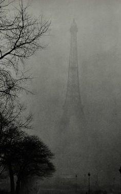 Tour Eiffel dans le brouillard, Paris 1930.