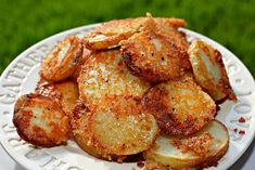 These Crispy Roasted Parmesan Potatoes are epic! Make them for your Sunday Roast or pass them around at a gathering. It goes without saying that these are all about that crispy, golden parmesan crust…. THESE CRISPY Crispy Parmesan Potatoes, Cheese Potatoes, Parmesan Crusted, Sliced Potatoes, Roasted Potatoes, Baby Potatoes, Yukon Gold Potatoes, Susan Recipe, Glass Baking Dish