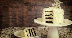Recette de Layer Cake façon flocons de neige au chocolat, vanille et coco. Facile et rapide à réaliser, goûteuse et diététique.