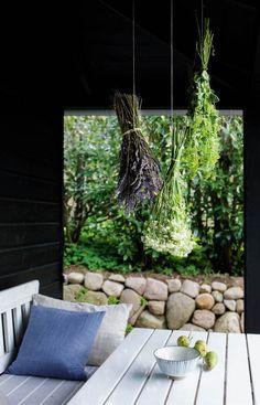 Udeliv: Se 3 hyggekroge til den danske sommer her - ALT. Pergola Garden, Backyard, Patio, Hygge, Decks And Porches, Outdoor Living, Outdoor Decor, Cozy Cottage, Modern Rustic