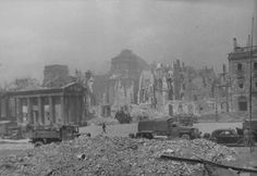 1945, Allemagne, Berlin, Camions et voitures russes dans les rues dévastées de la ville après les combats. Derrière, les ruines du Reichstag | by ww2gallery