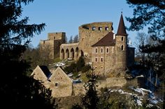 Státní hrad Velhartice se nachází mezi městy Klatovy a Sušice na skalním ostrohu obtékaném říčkou Ostružnou. Areál je tvořen z gotických staveb Rajského paláce a obytně-obranné věže zvané Putna, vzájemně propojených světově unikátním kamenným mostem, renesančním zámkem, nově zrekonstruovaným bývalým hradním pivovarem s interaktivními expozicemi a v předhradí se nachází skanzen lidové architektury. Prague, Monuments, Hotel Architecture, Central And Eastern Europe, Europe Photos, Fortification, Kirchen, Czech Republic, Places To See