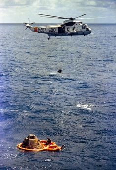 February 1971 – A U. Navy helicopter scoops up Apollo 14 astronaut Stu Roosa after he splashed down in the Pacific Ocean along with moonwalkers Ed Mitchell and Alan Shepard. Moon Missions, Apollo Missions, Nasa Space Center, Navy Reserve, Apollo Space Program, American Space, Astronomy Pictures, Go Navy, National History