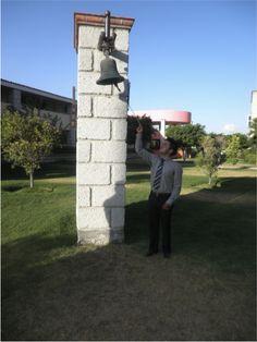 El hoy licenciado Erik Mexicano Tovar de la licenciatura en Comercio Internacional comparte la alegría de ser un titulado más en la Universidad Centro de Estudios Cortazar.