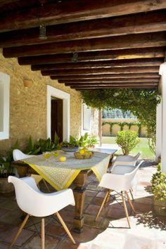 Une terrasse, le Sud, du soleil, une jolie nappe, du jaune, et des chaises Eames. On adore. Vous aussi ? http://www.meublesetdesign.com/fr/charles-eames/chaise-eames/chaise-daw