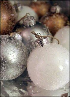 Kerstballen beplakt met Epsom Salt (bitterzout) voor een frosted effect.