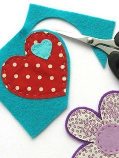 How to make felt and fabric brooches jewelry stitching embroidery how to DIY project design template pattern handmade sewing craft idea Fabric Brooch, Felt Brooch, Felt Fabric, Brooch Pin, Felt Flowers, Fabric Flowers, Hair Flowers, Fabric Crafts, Sewing Crafts