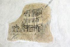 Radní zachyceni při činu pohotovým malířem přímo na zdi Novoměstské radnice v Praze.