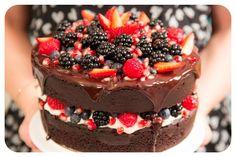 Bolo pelado, ou Naked Cake, virou febre em festas de aniversário e casamentos, por isso todo mundo quer saber como faz. Na minha opinião é até mais fácil do que fazer um bolo...