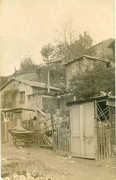 """MONTMARTRE : """" (...) y vit tout une population très typique du monde montmartrois de l'époque : chiffonniers et misérables, apaches, mais aussi bohèmes et artistes, peintres, marginaux de tout genre, etc. Il sera détruit en 1910 afin que soit percée l'avenue Junot."""""""