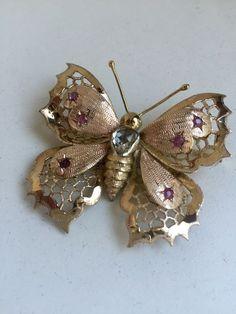 Catawiki pagina online de subastas Butterfly-shaped brooch with ct diamond Antique Brooches, Gold Brooches, Red Gemstones, Butterfly Shape, Yard Art, Brooch Pin, Diamond Cuts, Art Nouveau, Butterflies