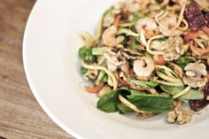 Get up. Be Awesome. Energizer Salad | healthy soulfood zucchini Salat mit Tomaten Mandel Dressing und Garnelen