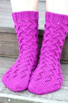 Malli on nimeltään Sirkka Knitting Stiches, Knitting Socks, Hand Knitting, Knitting Patterns, Knit Socks, Cozy Socks, Socks And Heels, Knitwear Fashion, Crochet Slippers