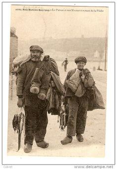 Matelot et mousse d'Audierne, avec tous leurs vêtements de mer et une godaille.