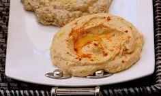 Homus - Ingredientes: 2 xíc (chá) de grão-de-bico cozido, 1/2 xíc (chá) água do cozimento do grão, 1/2 xíc (chá) de tahini, 2 dentes de alho pic, Suco de 1 limão, 4 col (sopa) de azeite Modo de preparo: No liqui, bata os ingredientes aos poucos, exceto o azeite. Transfira a mistura para uma tigela e regue o azeite. Sirva frio com torradas de pão sírio.