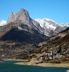 La Foratata, montaña que preside imponente el norte del valle, vista desde el embalse de Lanuza  Al tomar el desvío de la N-240 a su paso po...