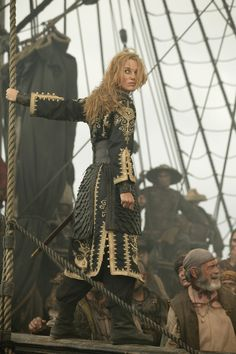 Elizabeth Swann (Keira Knightley) in costume on the set of Pirates of the Caribbean I love how she went from being a prim and proper governor's daughter to a total boss Keira Knightley Pirates, Keira Christina Knightley, Captain Jack Sparrow, Will Turner, Johnny Depp, Film Pirates, Charles Vane, Nathalie Portman, Steam Girl