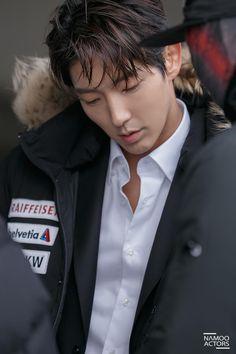 Lee Joon-gi plays Bong Sang-pil in the Korean drama Lawless Lawyer. We are live recapping it at Drama Milk. Park Hae Jin, Park Seo Joon, Song Joong, Joong Ki, Lee Jong Ki, Lee Dong Wook, Asian Actors, Korean Actors, Korean Dramas