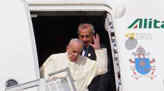"""Con una sonrisa respondió el Papa Francisco este domingo a la nueva """"broma"""" que le jugó el fuerte viento en el Aeropuerto Internacional Mariscal Sucre cuando le arrancó el solideo apenas asomó a la puerta del avión que lo trajo de Roma a Quito."""