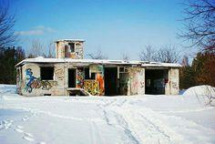 Porzucone w zimowej scenerii.  #neirawypełzaznory #urbex #abandonedplaces #urbanexploration #opuszczone #urbexphotography #mobilniopuszczone #winter #snow