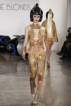 Egyptian style on the runway Cleopatra, Hijab Fashion Inspiration, Style Inspiration, Gold Fashion, High Fashion, Phresh Out The Runway, Egyptian Queen, Egyptian Era, Egyptian Fashion