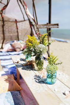 Un camping bohemio en la playa { Boho camping at the beach } Beach Picnic, Beach Camping, Go Camping, Beach Party, Beach Tent, Camping Kitchen, Camping Coffee, Camping Theme, Party Party