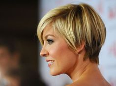 Summer short hair ideas – This classic asymmetric cut from Jenna Elfman always looks contemporary and this version is brought right up-to-the-minute with mixed highlights and warm caramel roots! From an asymmetrical side parting, the hair is smoothly styled down to the lightly textured tips.  The ears are lightly covered and the hair is carefully …