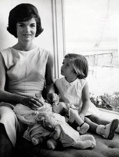Jacqueline Kennedy con il suo taglio classico che ha segnato le donne americane degli anni 60 I tagli di capelli che hanno fatto la storia
