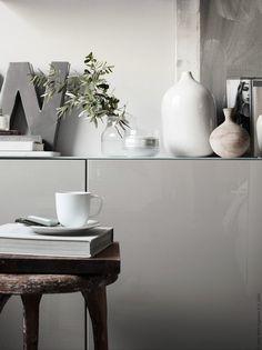 Met grijs kan je werkelijk alle kanten op. Voeg er fellere kleuren aan toe in accessoires en je interieur is klaar voor de frisse herfstdagen. | STUDIObyIKEA IKEA IKEAnl IKEAnederland Kleur Kleuren Interieur Stylen Styling HowToStyle BESTÅ Kast Buffet Dressoir