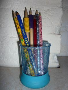 """Wij hebben een potje met leenpotloden op de instructietafel staan. Hierin zitten een aantal reserve schrijfpotloden in. Zodra iemand ondekt dat hij geen potlood kan vinden, kan hij een leenpotlood pakken en op een ander tijdstip op zoek gaan naar zijn eigen potlood. Het scheelt een hele hoop """"wachttijd""""."""
