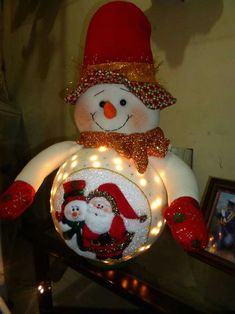 Curso Gratis Navideño: Aprende hacer muñecos con luces navideños con patrones paso a paso Country Christmas Decorations, Christmas Crafts For Gifts, Christmas Fabric, Christmas Snowman, Craft Gifts, Christmas Bulbs, Holiday Decor, Dyi Crafts, Snowman Crafts