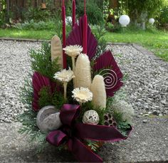 Xmas Crafts, Diy And Crafts, Sympathy Flowers, Christmas Arrangements, Flower Bouquet Wedding, Fabric Flowers, Projects To Try, Shabby Chic, Table Decorations
