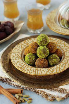 Date Biscuit Balls (2 ways) Arabic Dessert, Arabic Sweets, Arabic Food, Lotus Biscuits, Middle Eastern Desserts, Digestive Biscuits, Ramadan Recipes, Ramadan Desserts, Dessert