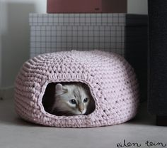 DIY Garden and Crafts - Crocheted Cat Bed. My cats would totally love this! I'm going to make it...
